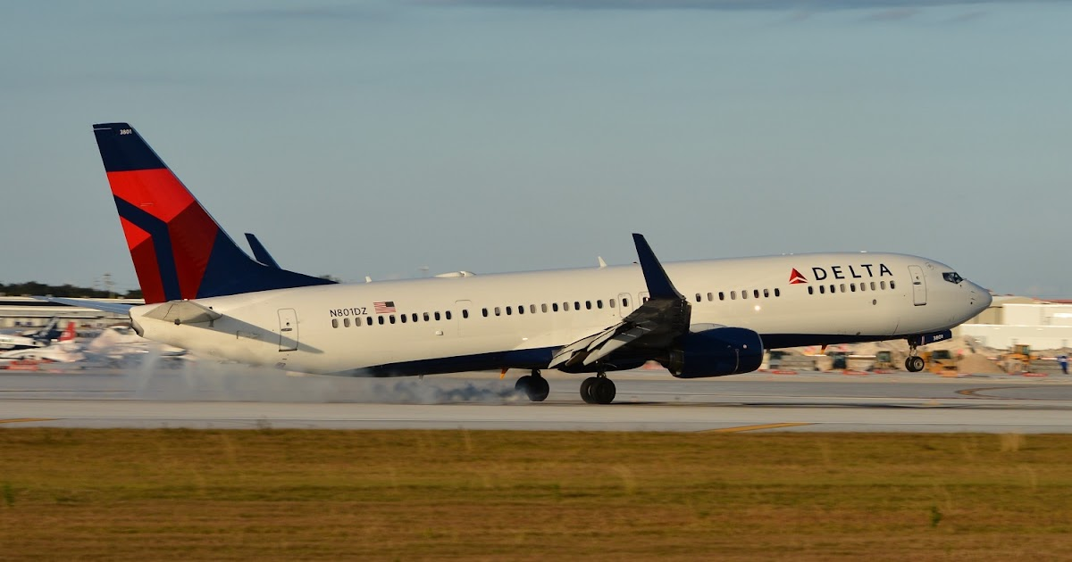 Delta Air Lines Wallpaper: Delta Air Lines Boeing 737-900ER Touch Down Runway