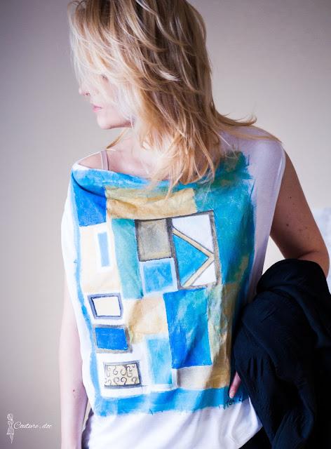 ręcznie malowany t-shirt w złote i turkusowe motywy