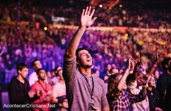 Estudiantes se reúnen en evento de adoración