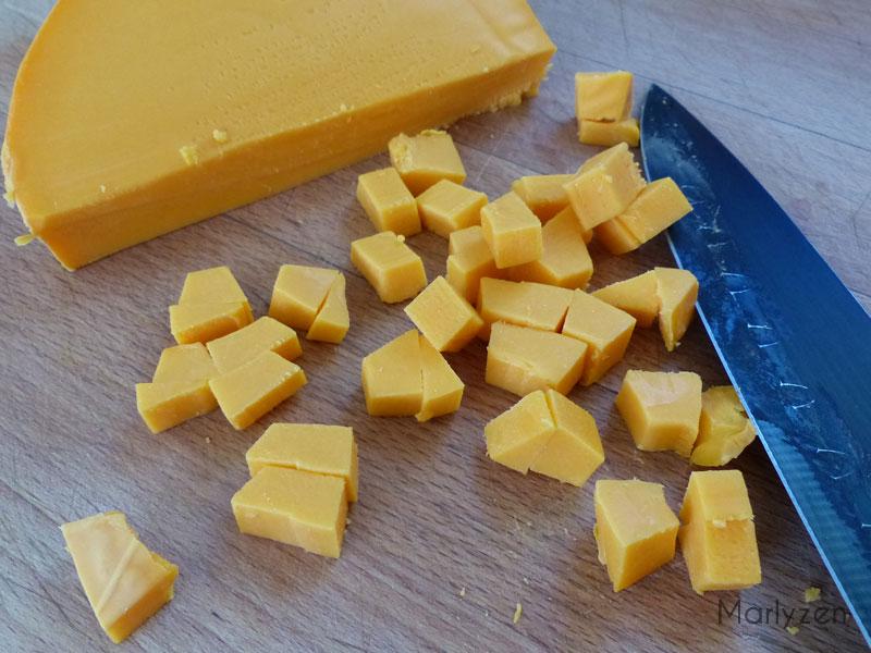 Coupez la mimolette en tranches puis en dés.
