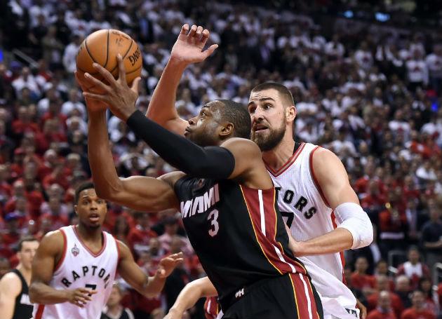 Dwyane Wade (Miami Heat) vs Jonas Valanciunas et Kyle Lowry (Toronto Raptors) #NBA