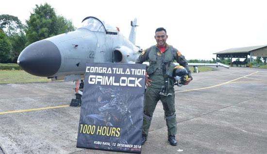 """Letnan Satu (Lettu) Penerbang (Pnb) Yoga """"Grimlock"""" Kertiyasa berhasil menorehkan prestasi yang membanggakan dengan meraih 1000 Jam Terbang (JT).  Foto Siaran Pers PangkalanTNI AU Supadio"""
