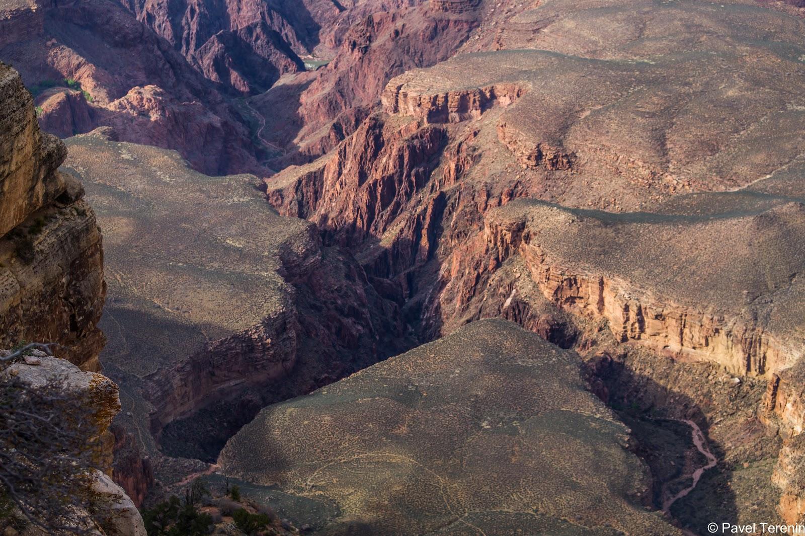 Такую огромную трещину в земной поверхности проделала средней крупности река Колорадо
