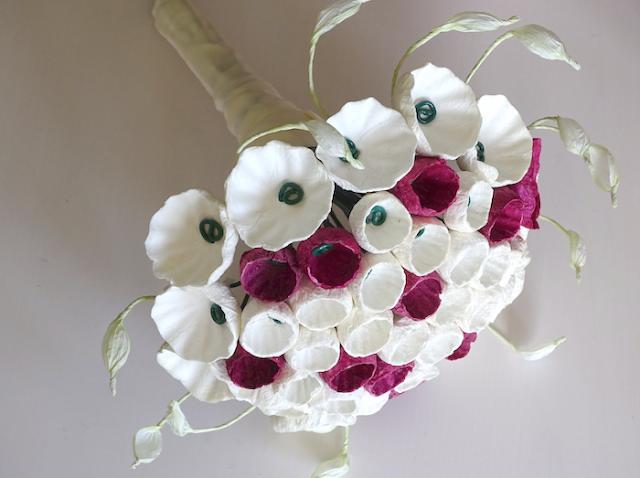 Bouquet tondo bianco e bordeaux con fiori di carta