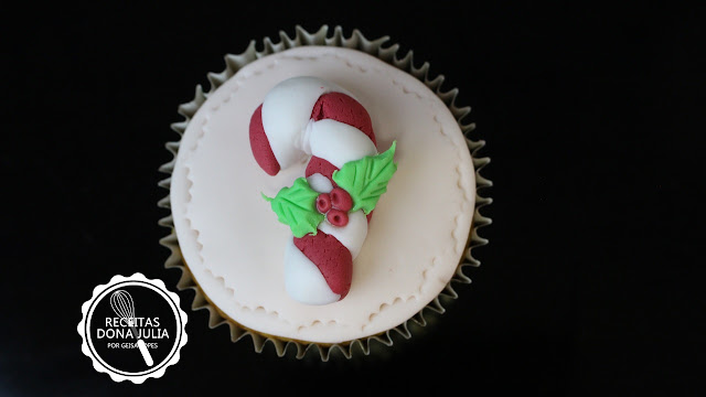 """Cupcake decorado para o Natal - Bengala do papai noel"""