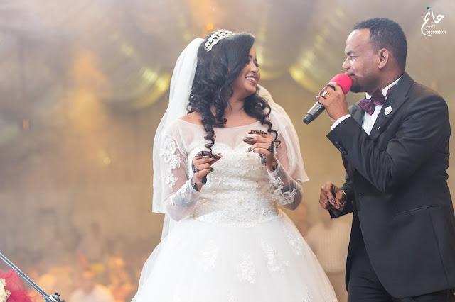 بالصور:  منتصر هلالية يتغني لزوجتة اثناء حفل العرس
