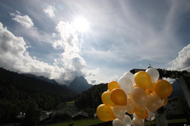 Ballons - Gold und Weiß, goldene Sommerhochzeit im Riessersee Hotel Garmisch-Partenkirchen, gold white wedding in Garmisch, Bavaria, lake-side, summer wedding