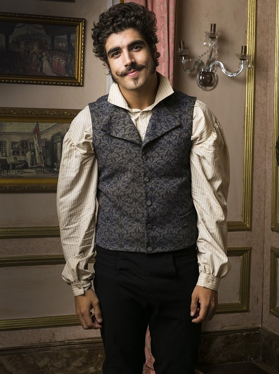No ar como Dom Pedro, Caio Castro comenta bigode e a silhueta de 10 quilos a menos.