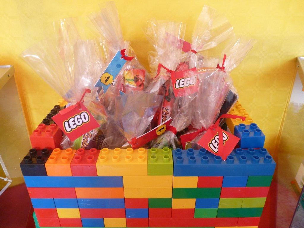 présentoir à cadeaux d'invités lego