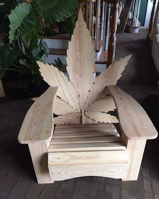 Silla de madera con forma de marihuana