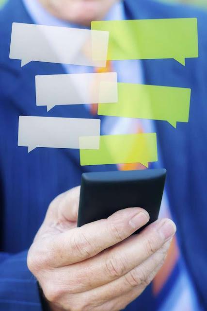 O que parecia ser a solução dos problemas para quem tem uma vida agitada, longe da família e com equipes de trabalho muito grandes, os grupos de WhatsApp têm, em sua maioria, se tornado verdadeiros karmas para os usuários do aplicativo. Mensagens que não acabam mais, fotos e mais fotos que lotam os arquivos dos celulares e os áudios e vídeos mais desnecessários estão entre as principais reclamações.