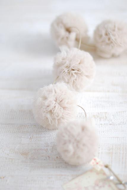 Bonitas guirnaldas de pompones hechas a mano con tul