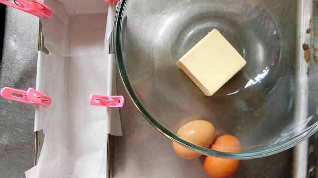 パウンド型にクッキングシートを敷き、バターと卵は常温に戻しておく