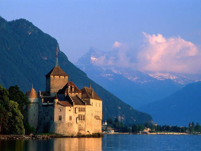Lâu đài Chateau De Chillon là một pháo đài thời trung cổ nằm bên bờ hồ Geneva của Thụy Sĩ. Đây là một trong những thắng cảnh đẹp ở châu Âu khiến ai đặt chân đến đất nước Thụy Sĩ cũng phải một lần ghé thăm. Lâu đài này được xây dựng vào năm 1150, khá lâu đời và cổ xưa. Đặc biệt nơi đây là bối cảnh chính trong bộ phim The Little Mermaid (Nàng Tiên Cá) cực kỳ nổi tiếng của hãng Disney. Tòa lâu đài nằm sừng sững dưới ánh mặt trời, là nơi hàng ngày nàng tiên cá thường trông ngóng nhìn vào để mong thấy được chàng hoàng tử của mình.