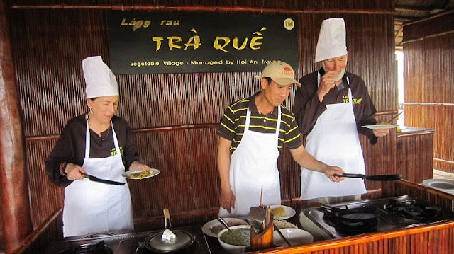 Foreign tourists join a cooking class in Hoi An 2