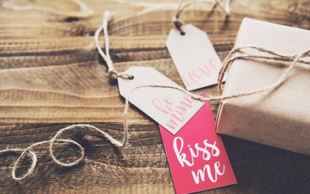 Fakta Atau Mitos? Jika Memberi Hadiah Baju Hubungan Akan Berakhir