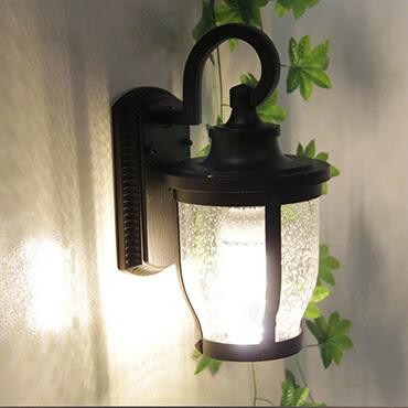 Nhà đẹp hoàn hảo với những chiếc đèn ốp tường cầu thang sang trọng