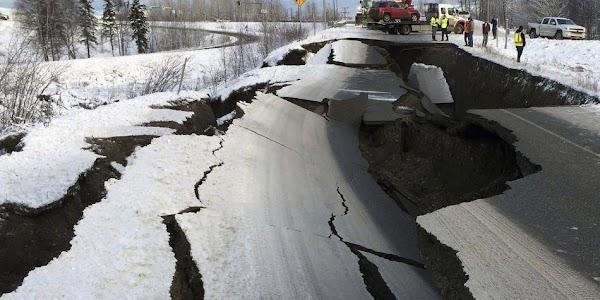 FOTOS: se parten carreteras en alaska ,  por fuerte terremoto.