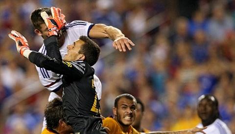 Cahill gặp chấn thương đầu gối trong trận gặp West Ham