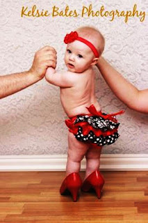 Foto Gambar Bayi Pakai Sepatu High Heels Kebesaran 8