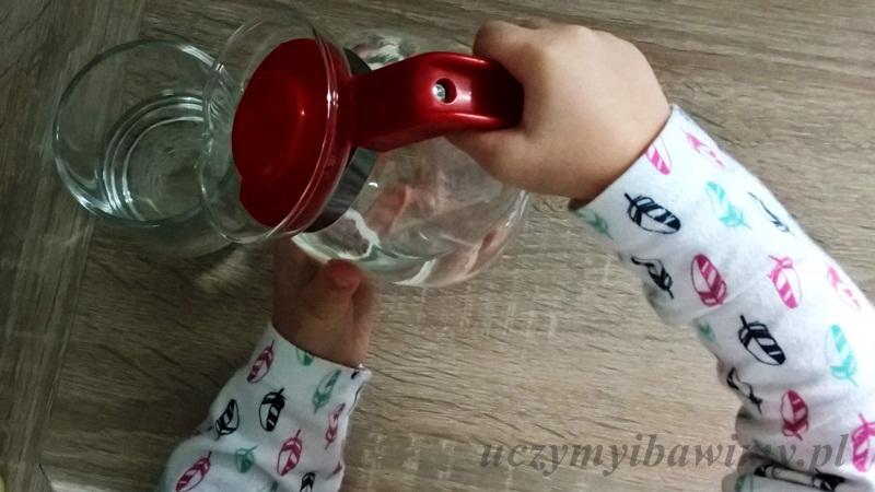 Dziecko nalewa wody