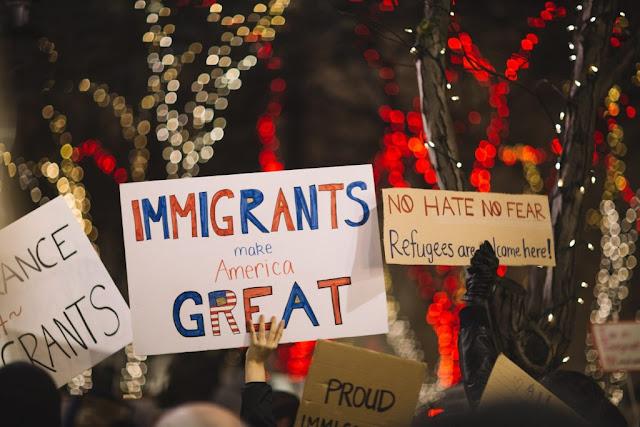 Grupo protestando la politica migratoria de Donald Trump