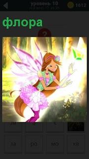 Ярко освещенная фея цветов флора с крыльями  ловит бабочку в полете в лесу