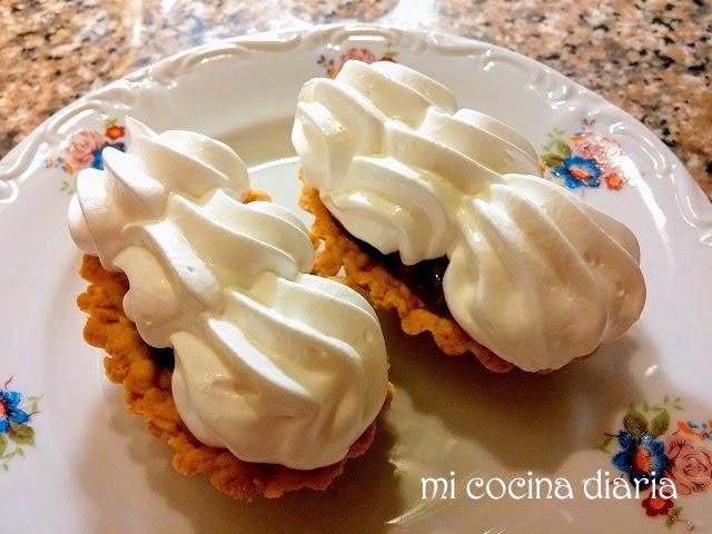 Tartaletas con confitura y merengue (Песочные корзиночки с конфитюром и белковым заварным кремом)