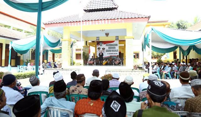 Pembagian honor guru ngaji di Kecamatan Lumajang