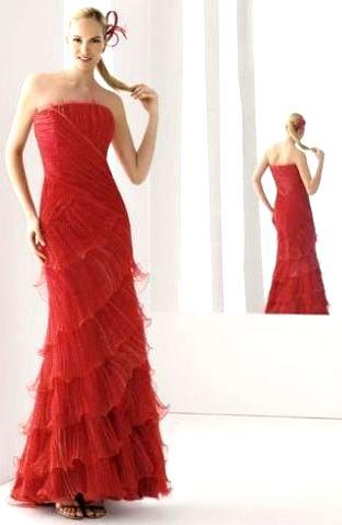 Foto de mujer con vestido largo con pliegues color rojo
