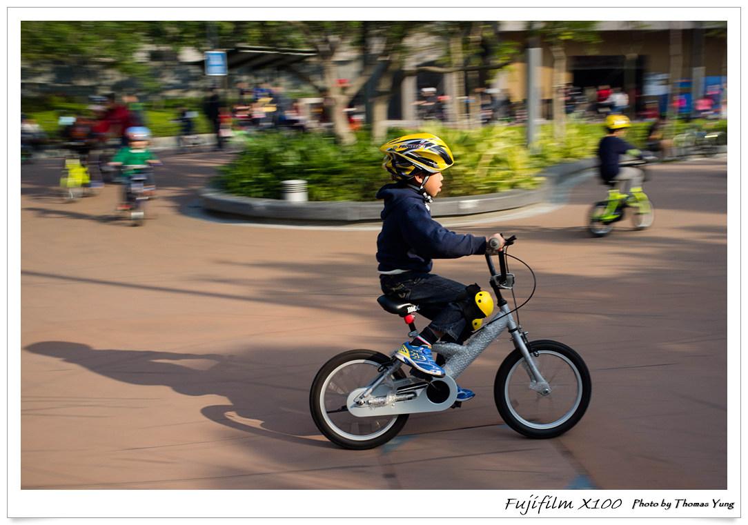 運用Pan車拍攝技巧為兒子拍下踏單車動感照片