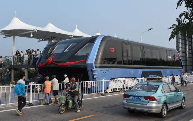 Transit Elevated Bus: The First Test Drive Of China's Futuristic Bus Was A Success (6 Pics)