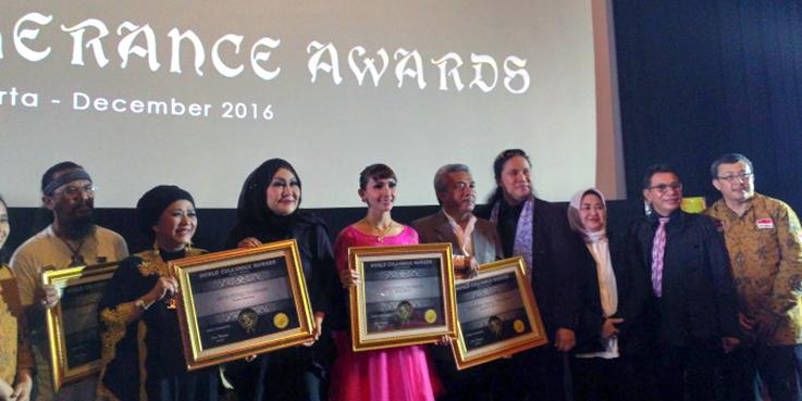 Damien Dematra foto bersama para penerima penghargaan.