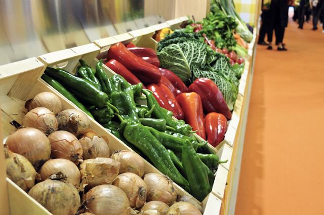 el stand de Caldo Aneto estaba rodeado de cajas con verduras llenas de color y vida