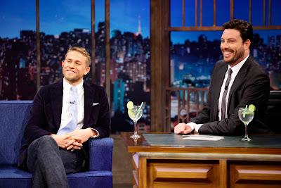 Charlie e Danilo bebem gin tônica durante a entrevista (Crédito: Gabriel Cardoso/SBT)