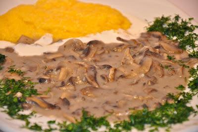 cucina rumena Salsa bianca ai funghi Ciulama cu ciuperci