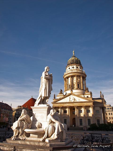Gendarmenmarkt, monumento a Schiller y Catedral Francesa, por El Guisante Verde Project