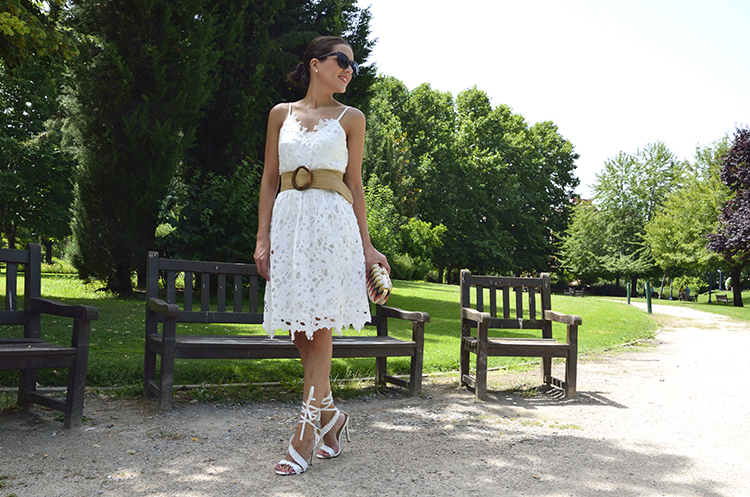 total_white_look_dress_sandals_summer_outfit_trends_gallery