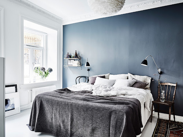 Albastru închis, alb și vișiniu într-un apartament de 64 m²