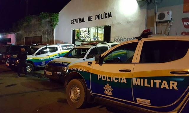 Casal sai na porrada após marido flagrar mulher com três amigos da academia dentro de casa