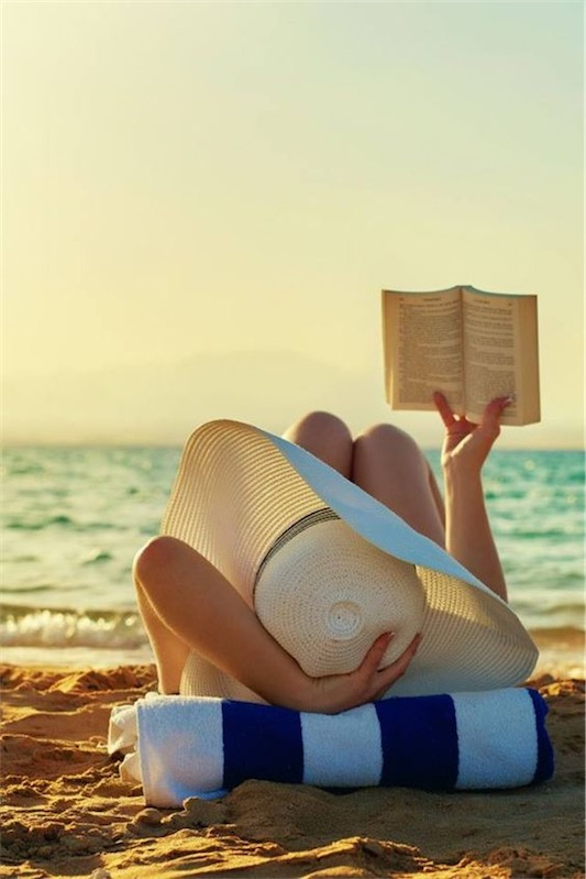 leer en la playa Sunday Time chicanddeco