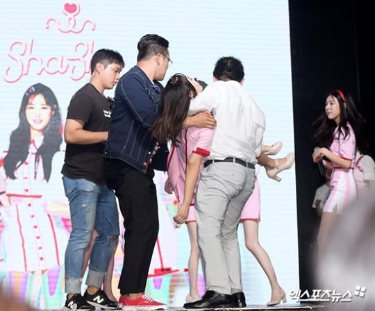 Kpop Idol Faints On Comeback Showcase Daily K Pop News