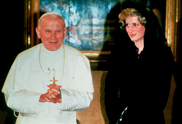 Princesa Diana em visita ao papa, com véu preto