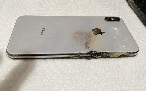 أنفجار هاتف iPhone XS Max في جيب رجل بدون اسباب !