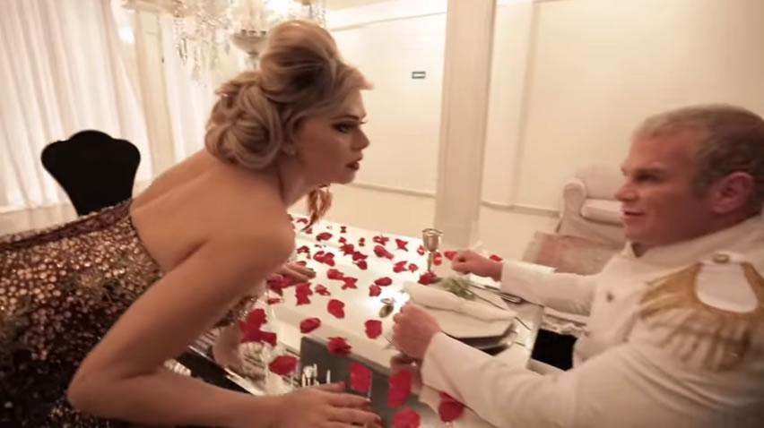 """Leonora Áquilla divulga novo clipe """"Love Devotion"""" com participação do marido"""