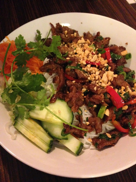Bún Thịt Nướng (Vietnamese vermicelli, varkens bbq vlees, salade en speciale saus)