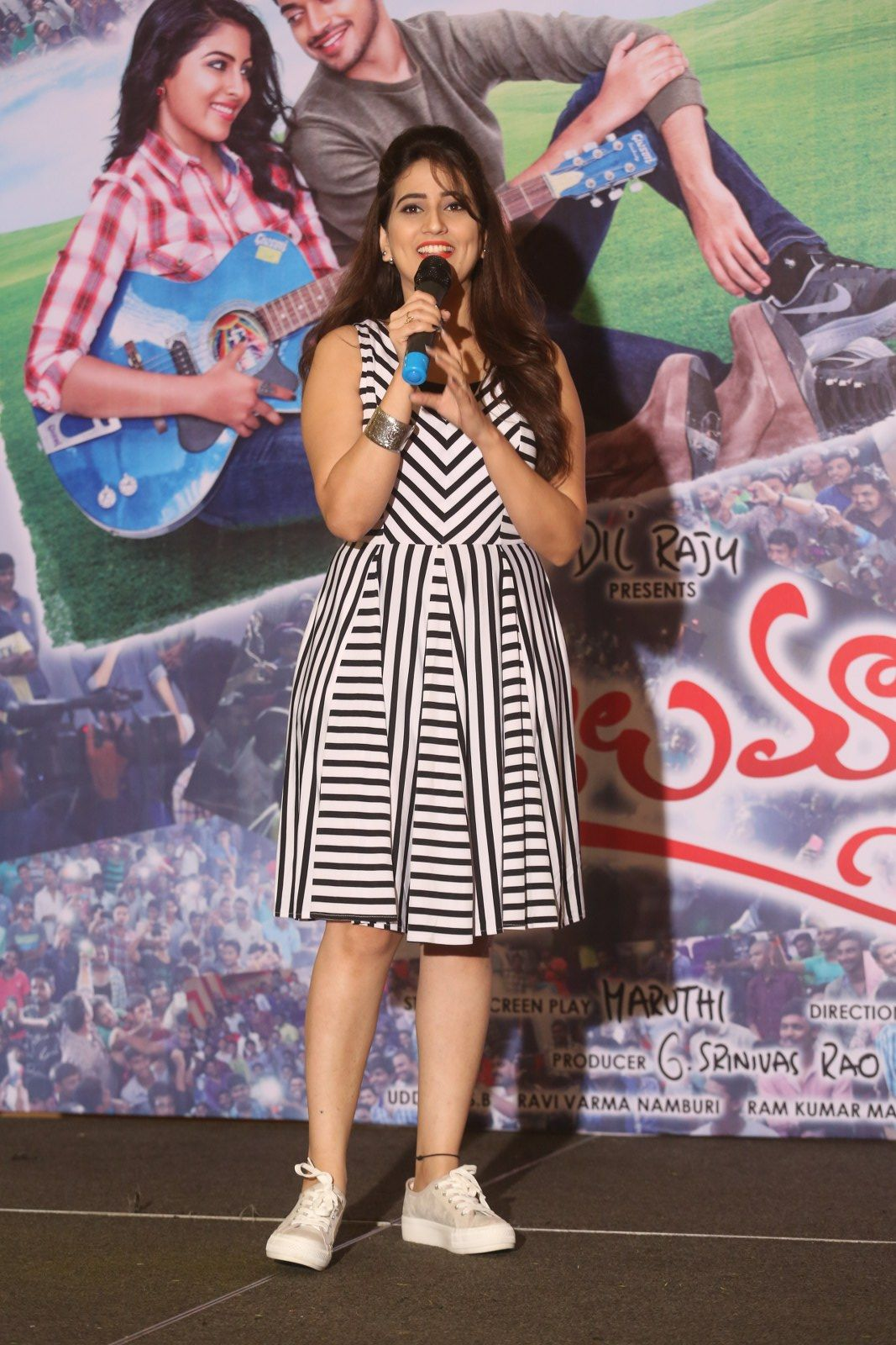 Anchor Manjusha Pictures in Short Dress at Rojulu Marayi Platinum Disc Function  0034.JPG