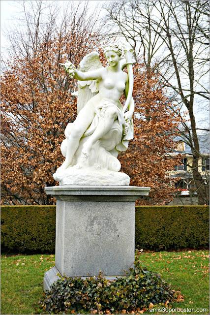 """Escultura """"Aurora"""" en la Mansión The Elms en Newport"""