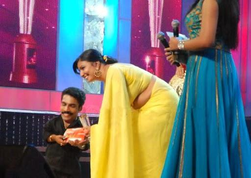 Mallu Maya Viswanath Hot Navel Show and Saree Side View In Yellow Saree