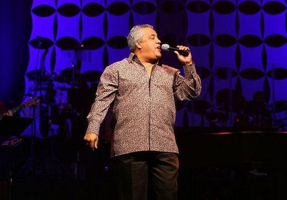 Danny Berríos cantando en concierto